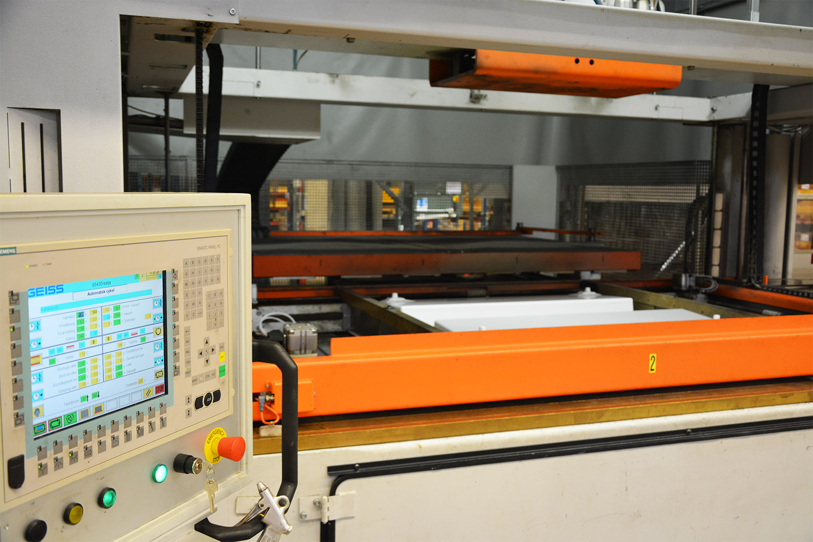 Bilden på en vakuumformningsmaskin på prioplastic ab i jönköping
